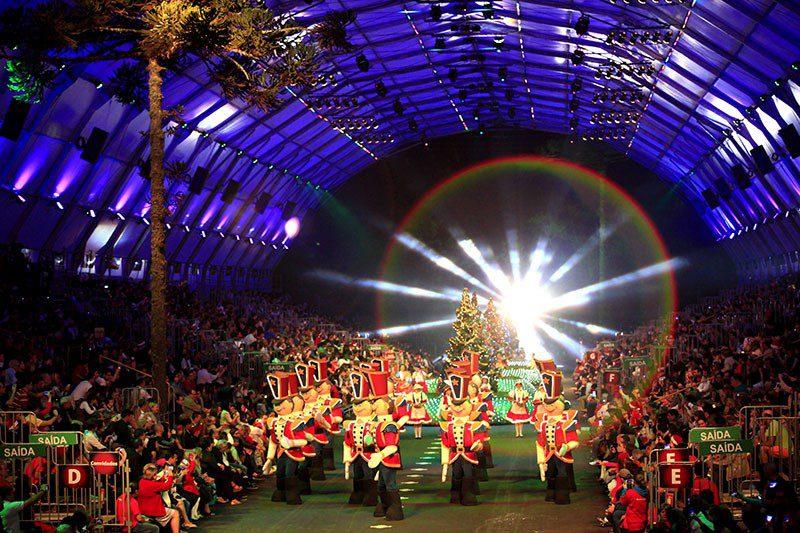 Grande Desfile de Natal, soladinhos de chumbo desfilando pela na pista da ExpoGramado. Ingressos Natal Luz com Transporte