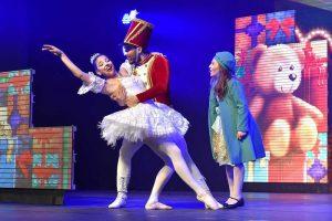 Espetáculo Natal Pelo Mundo, na foto a pequena sofia observa o soldado de chumbo e a bailarina dançarem. Ingressos Natal Luz com Transporte