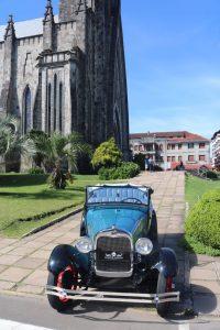 Ford em frente a Catedral de Pedra em Canela. Tour classico