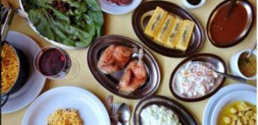 Onde almoçar em Gramado e Canela. O melhor galeto da região você encontra aqui. Na foto, uma mesa recheada de comidas típicas da Serra