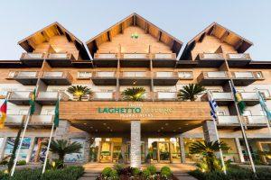 Opções de hotéis no centro de Gramado. fachada do hotel laghetto allegro pedras altas