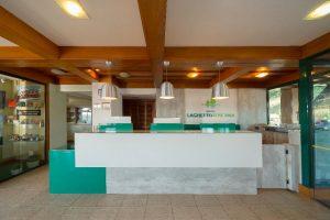 Opção de flat em Gramado. Na foto, recepção do hotel laghetto allegro toscana
