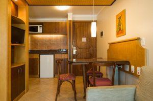 Opção de flat em Gramado. Na foto, mini cozinha nos apartamentos do hotel laghetto allegro toscana