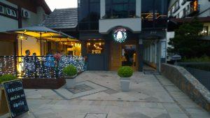 a entrada do Pub White Fly, em Gramadp. Mutas luzes pisca pisca enfeitam o lugar