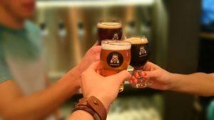 um brinde com três cervejas diferentes da White Fly, um ótimo programada oara os amigos