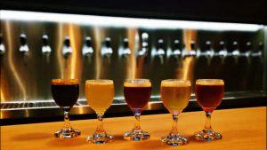 copos de cerveja, um de cada sabor, da degustação da White Fly