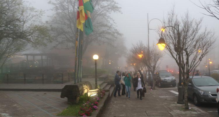 Concurso público prefeitura de Gramado 2018. Praça major nicoletti numa tarde de muita neblina