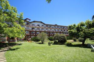 Vista do hotel Alpestre a partir do jardim